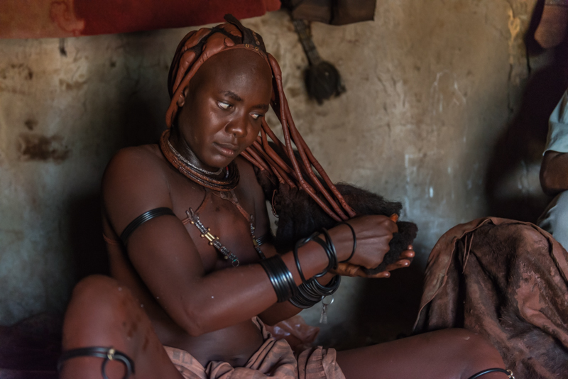 Kobieta Himba podczas toalety