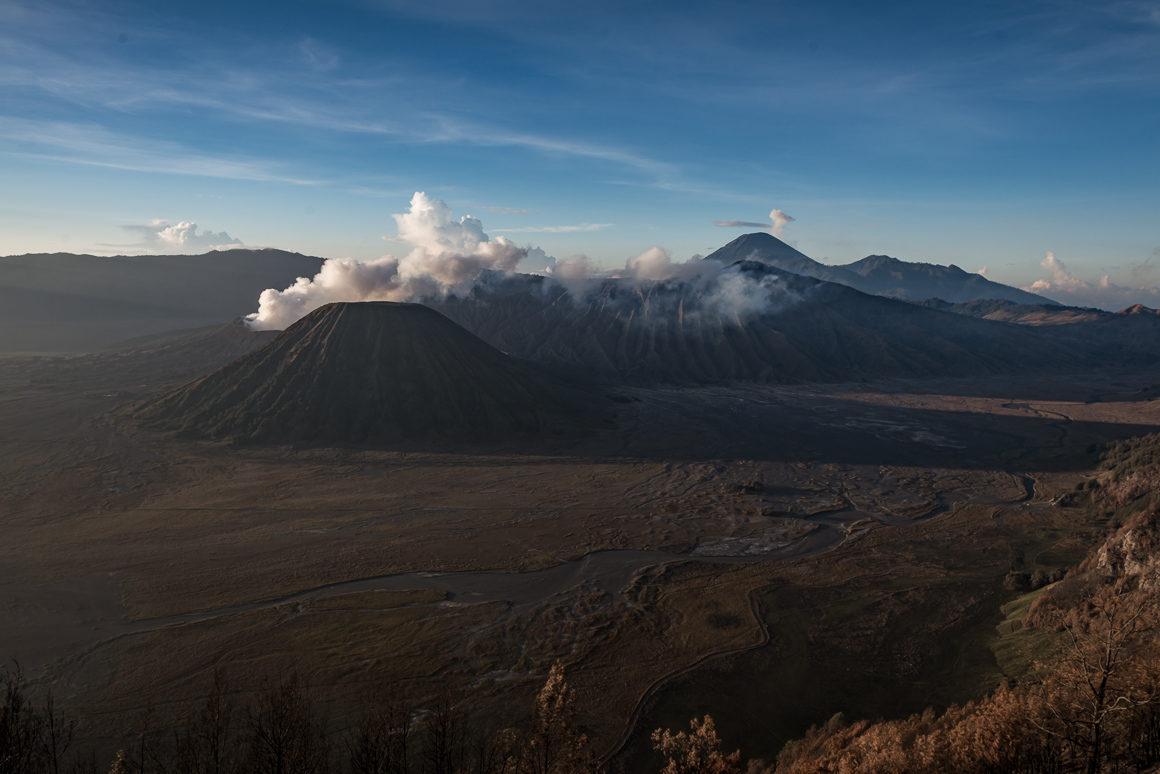 Wulkan Bromo chwilę po świcie