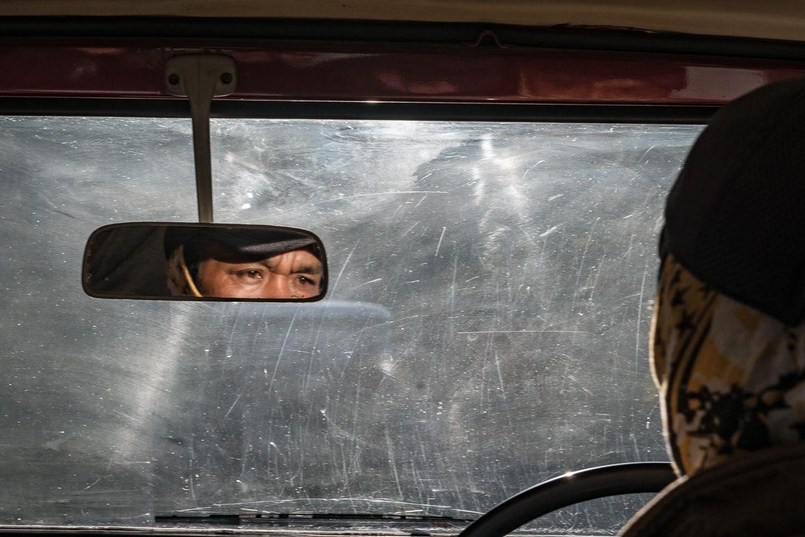W samochodzie w drodze na wulkan Bromo