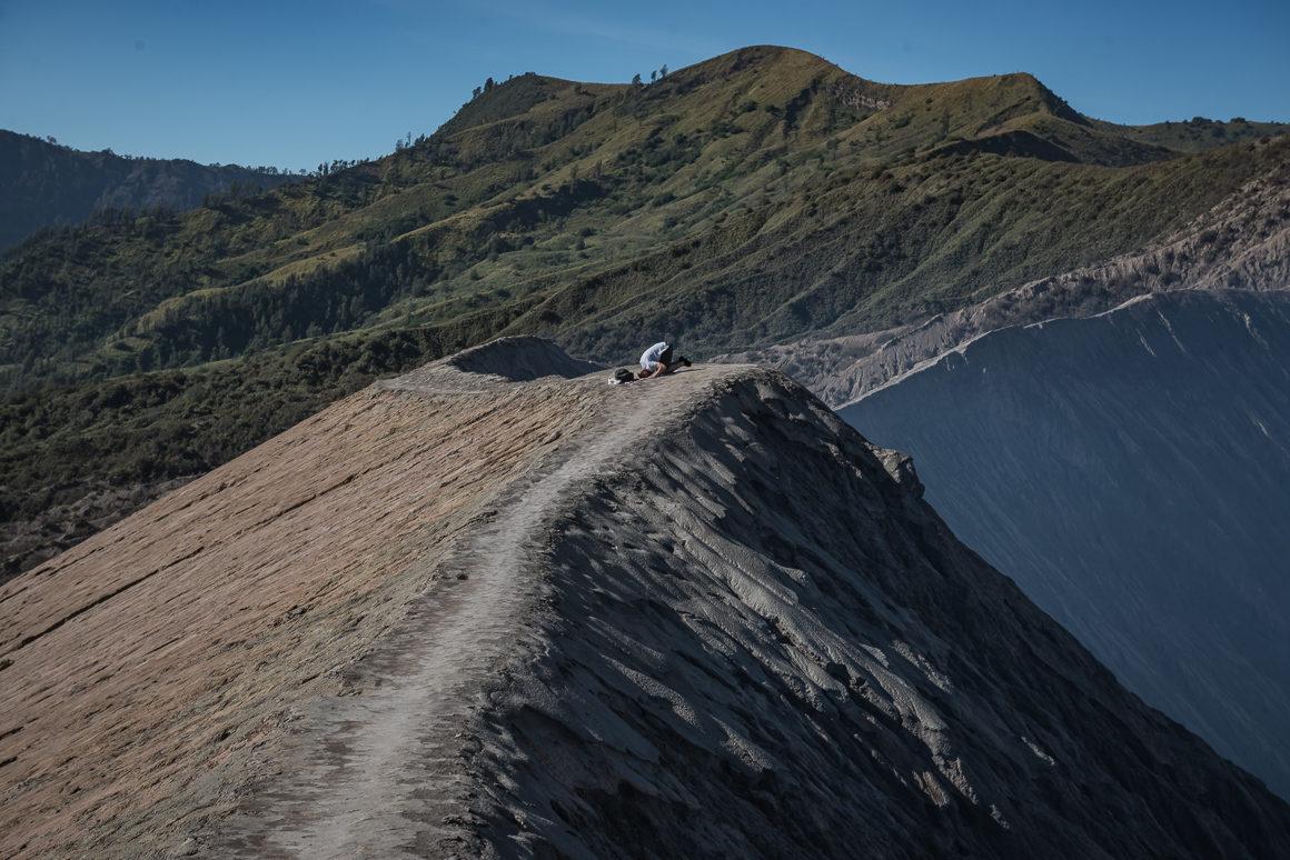 Człowiek modlący się na kraterze wulkanu Bromo