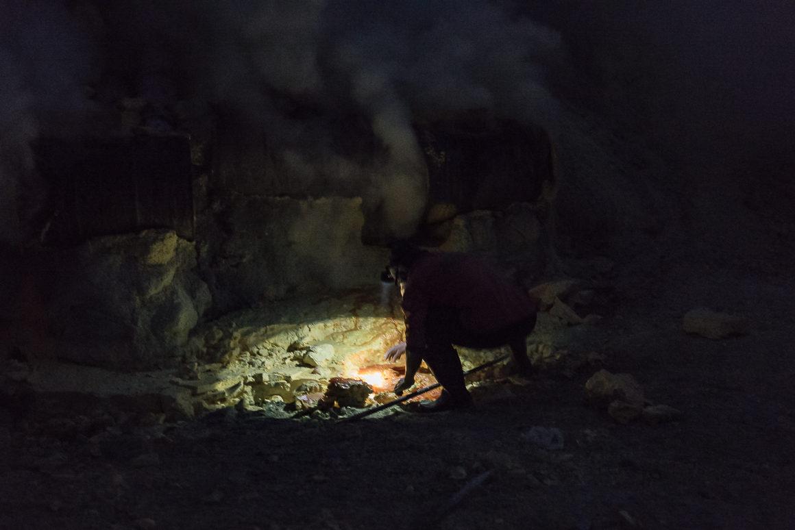 Wyprawa na Ijen - robotnik wydobywający siarkę