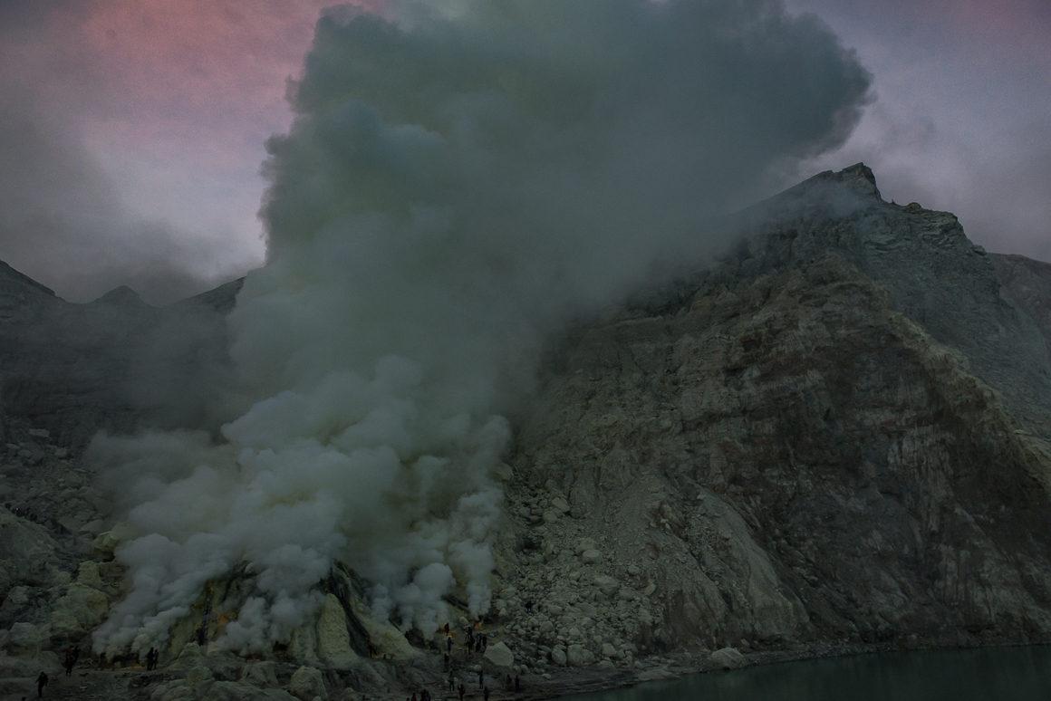 Wyprawa na Ijen - wydobywająca się z wulkanu siarka