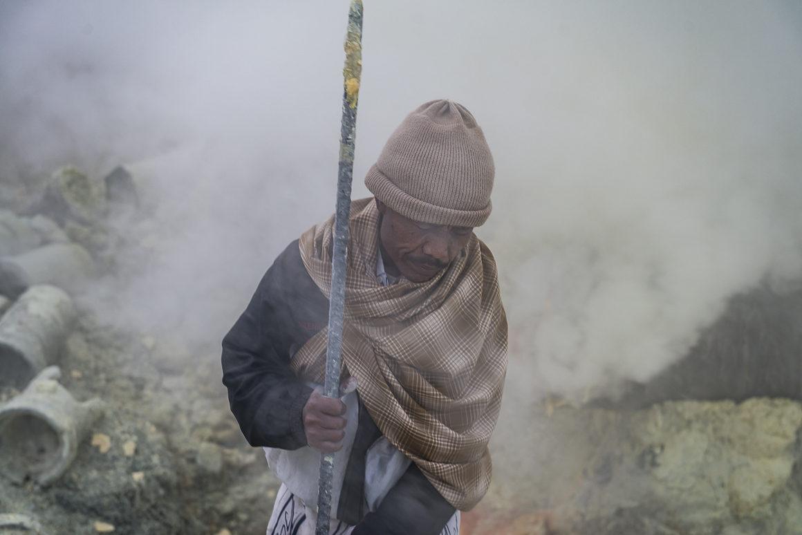 Wyprawa na Ijen - jeden z robotników
