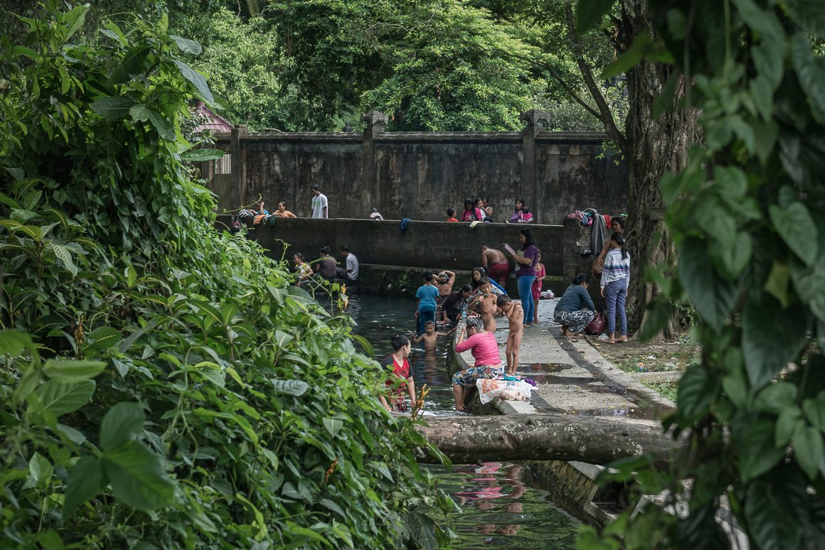 Mieszkańcy kąpiący się w kanale.