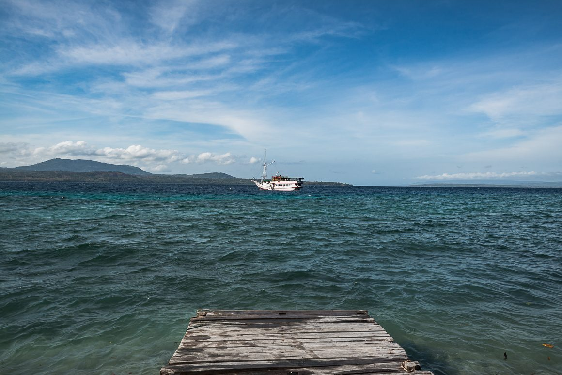 Tu był pierwszy przystanek. Wyspa miała nieciekawą plażę i jezioro. Nazwy nawet nie pamiętam. Na zdjęciu nasza łódź.