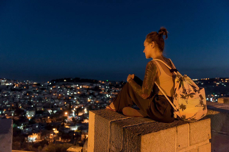 Martyna siedzi na murze. Chłonie Jerozolimę ;)