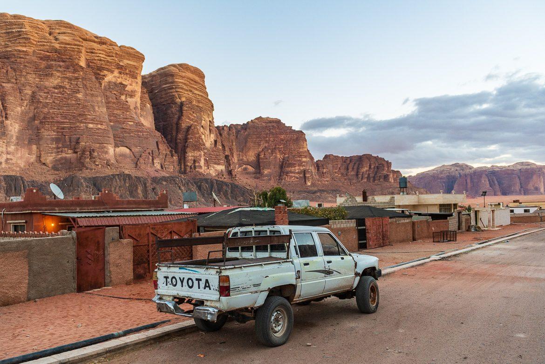 Transport wygląda mniej więcej tak. Zdjęcie zrobione w wiosce Wadi Rum. To tam przyjedziesz najpierw.