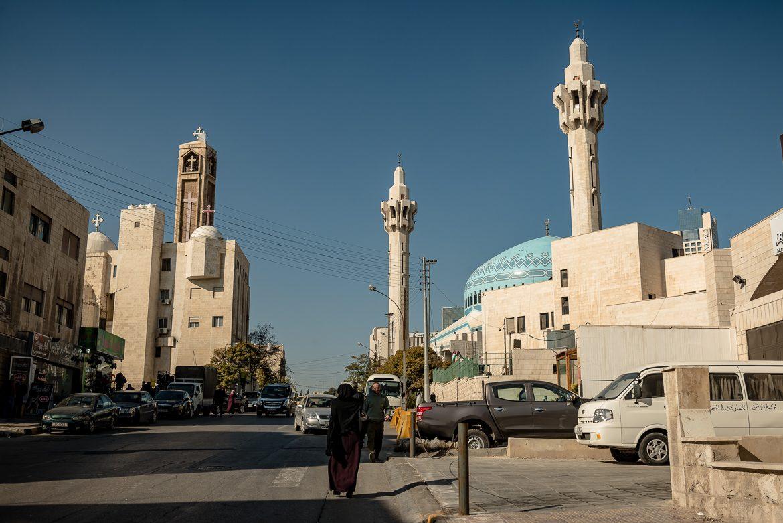 Po prawej meczet Króla Abdullaha, po lewej koptyjski kościół.