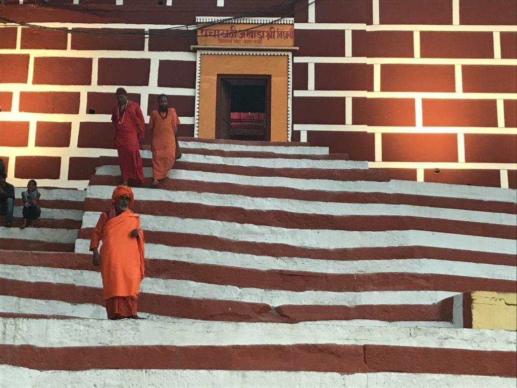 Schody świątyni nad Gangesem oraz Sadhu - hinduscy asceci.