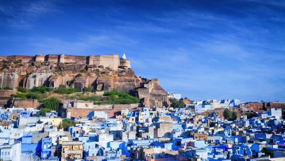 Widok na błękitne miasto Jodhpur w stanie Radżastan.